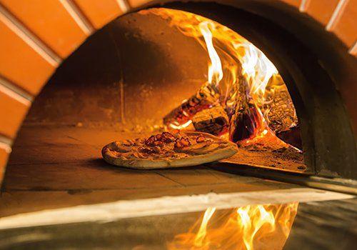 Pizza a forno a legna