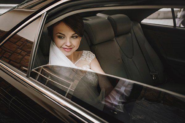 una sposa in una macchina