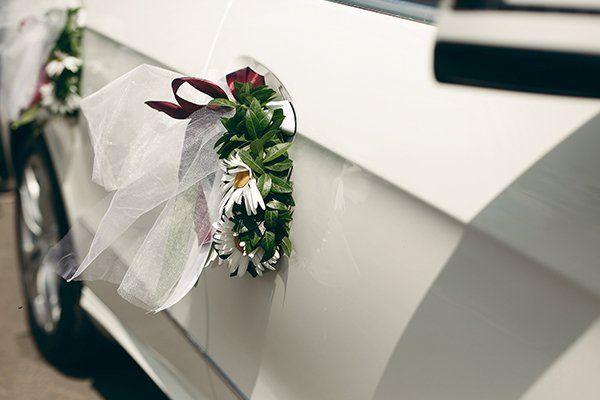 una portiera di una macchina con un bouquet di fiori attaccato
