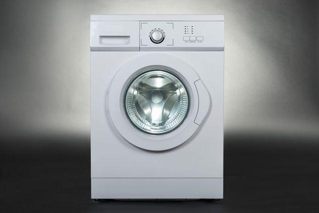 una lavatrice di color bianco su sfondo grigio a Abano Terme, PD