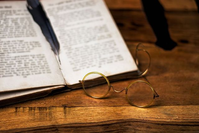 un paio di occhiali e un libro aperto