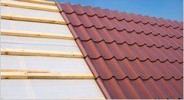 un meta di una tettoia in legno e altra meta in piastrelle