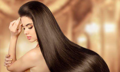 Donna con lungo pelo nero