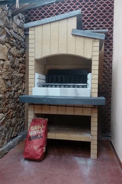 un barbecue in un giardino