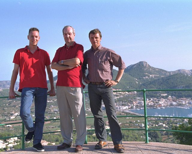 Martijn Mulder (L) and Dirk Kloosterboer (R), together with four time Bond director Guy Hamilton at his house in Mallorca