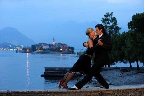Una coppia che balla il tango in riva al lago