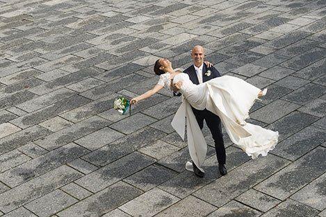 Uno sposo solleva la sposa prendendola in braccio