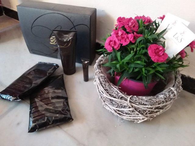 dei prodotti in confezione e tubetti e accanto un vaso con dei fiori viola
