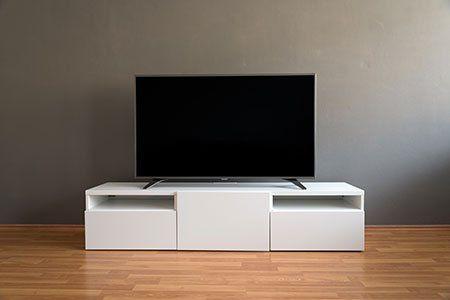 una tv su un mobile bianco
