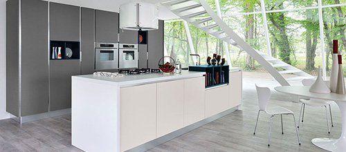 Cucina con mobilio bianco e grigio in stile moderno