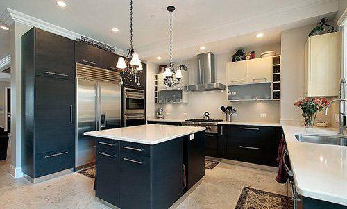 Cucina con arredamento moderno nero e bianco