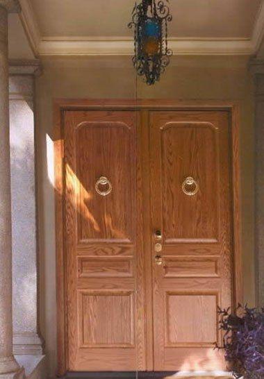 delle porte in legno con delle maniglie dorate