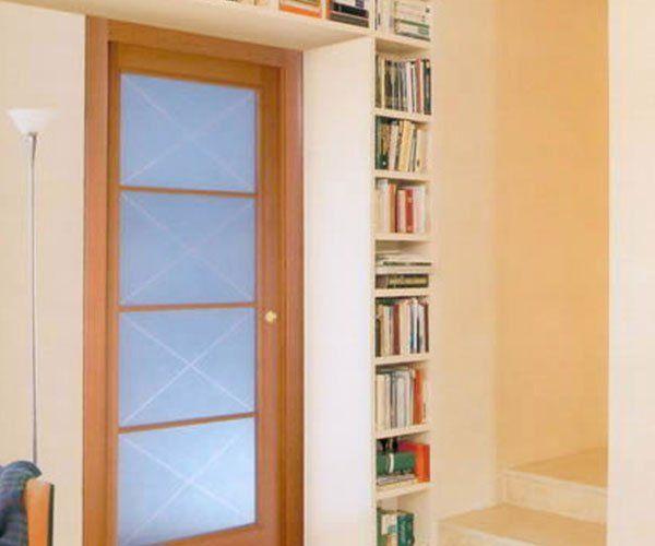una porta con vetri