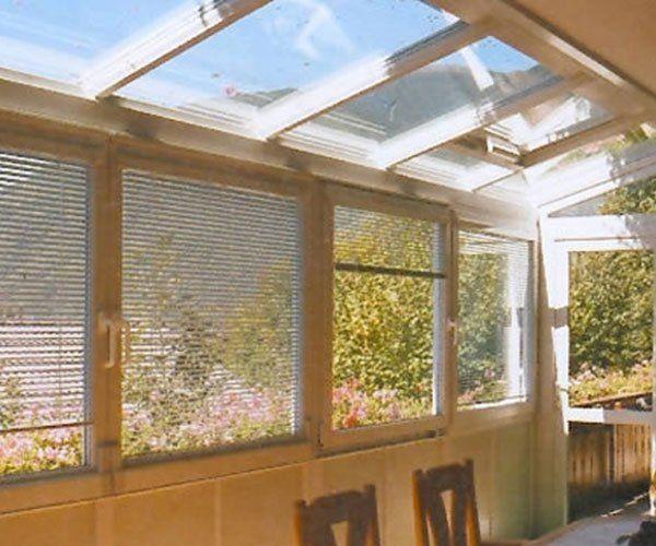 delle tende da ufficio a delle finestre