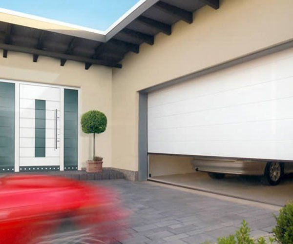 una porta di color bianco di un garage di auto