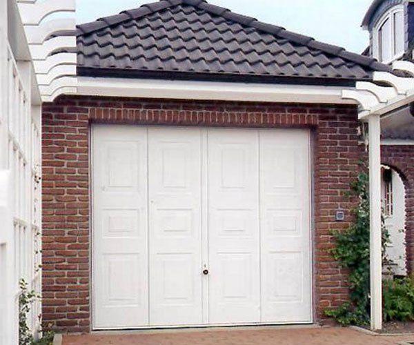 una porta in legno bianca di un garage