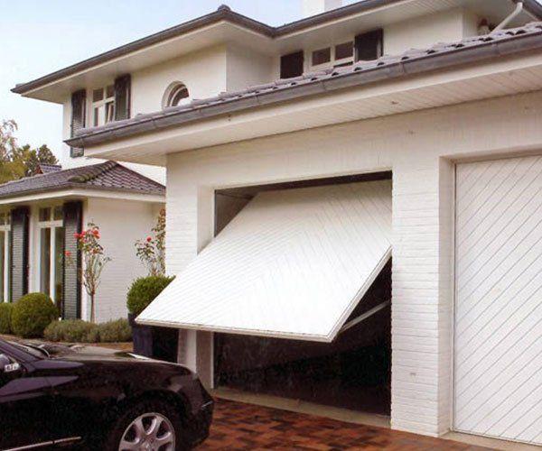 una porta in legno bianca di un garage semi aperta