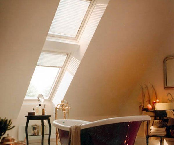 dei lucernari in un bagno moderno con una vasca viola