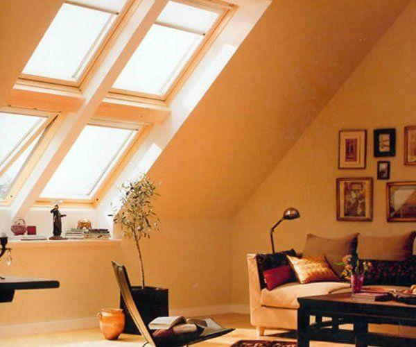 delle finestre con sistema Velux in un bagno moderno