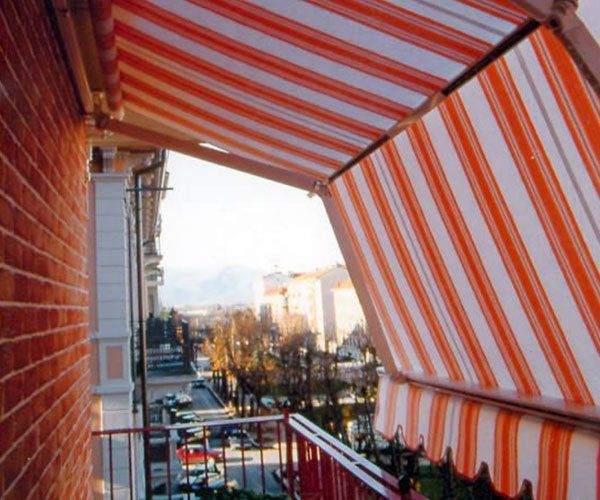 una cappottina e arancione su un balcone