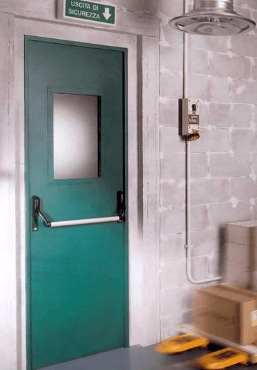 una porta di un'uscita di emergenza