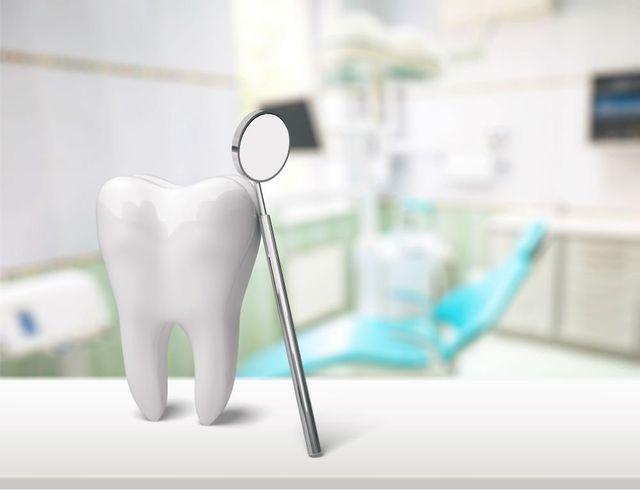 dente finto e strumento da dentista