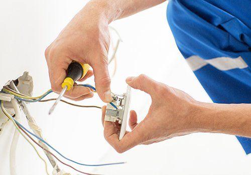 Riparando una presa elettrica
