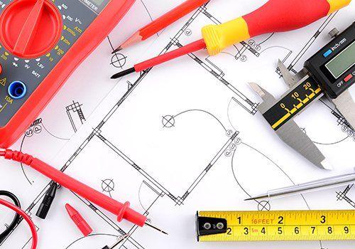 Piano di  sistemazione elettrica, cacciavite, misuratore di tensione, chiave piana e matita