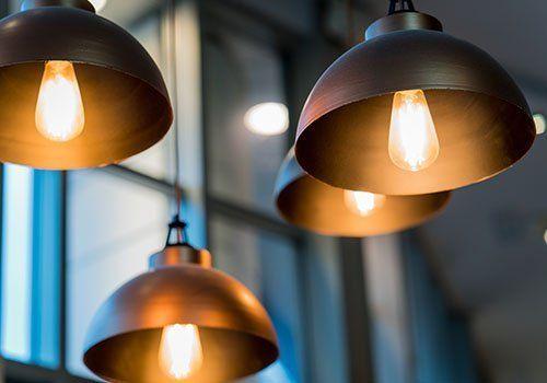 Quattro lampade semisferiche di metallo accese