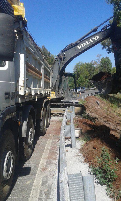 una scavatrice della marca Volvo e un camion