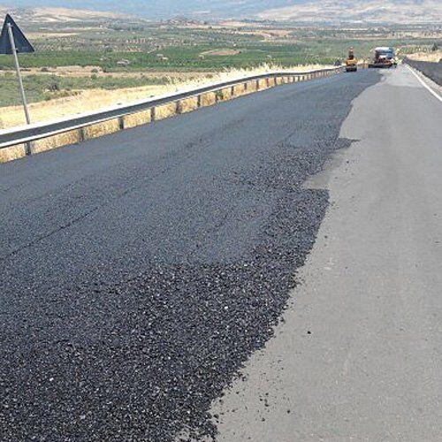 asfalto messo in posa su una strada