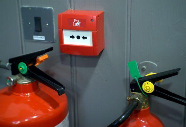 un pulsante antincendio e degli estintori