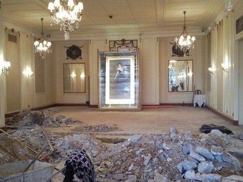 Un'elegante sala con il pavimento in fase di ristrutturazione