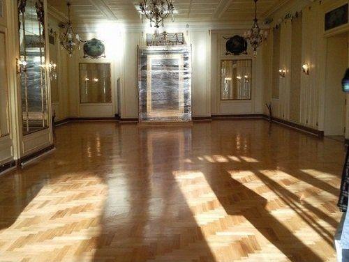 Un'elegante sala con parquet lucidato