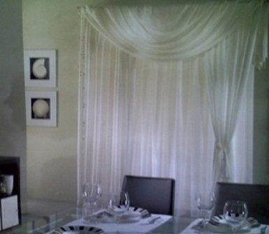 sala da pranzo con tenda trasparente bianca