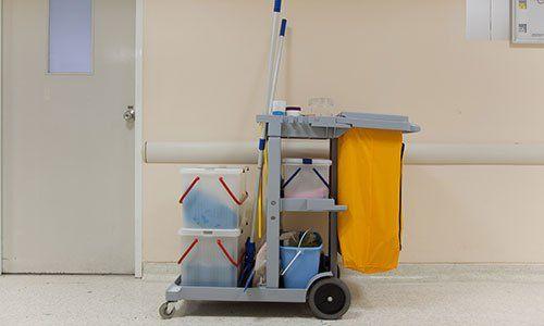 Carrello delle pulizie in un ospedale