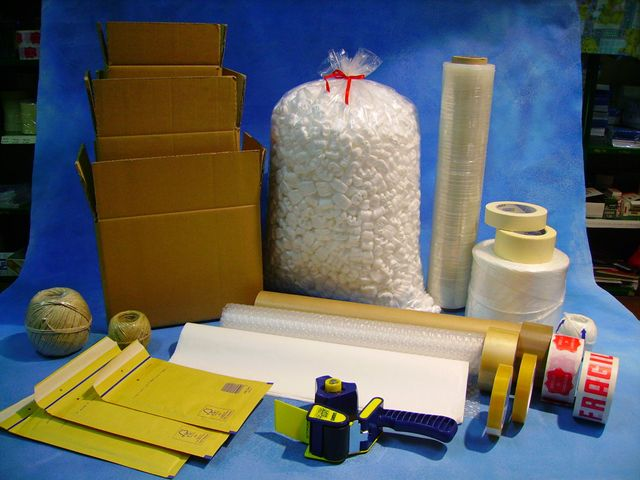 Scatole, nastri, timbri e polistirolo per imballaggi