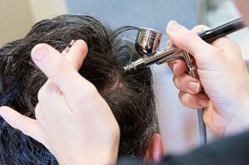 un parrucchier fa i colpi di sole