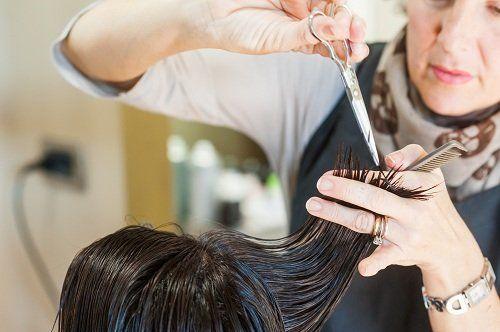 una parrucchiera che fa la tinta