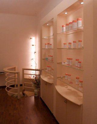 scaffali con prodotti per il trattamento del corpo di un centro estetico