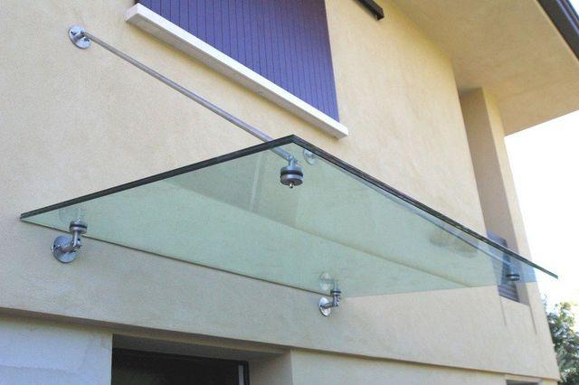 mensola di vetro attaccata esternamente ad una parete