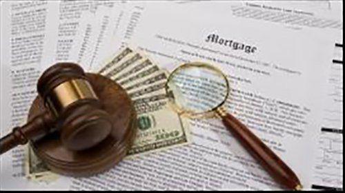 martello del giudice dollari e lente di ingrandimento su dei documenti