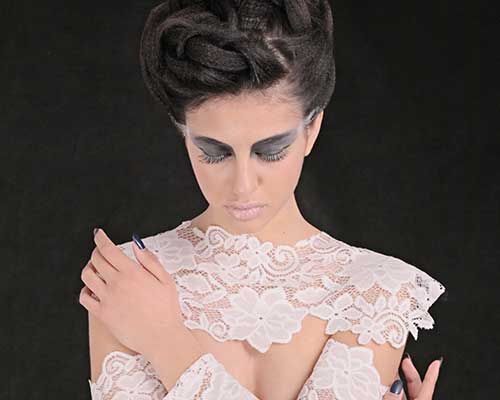 una ragazzac on un abito bianco  con le mani incrociate