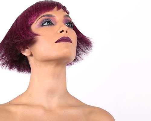 ragazza con dei capelli viola ed i capelli corti