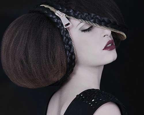 taglio di capelli artistico con una cerniera tra i capelli
