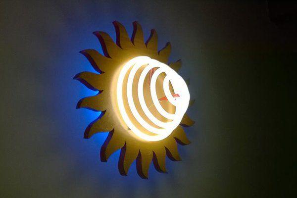 Una lampada da parete a forma di sole