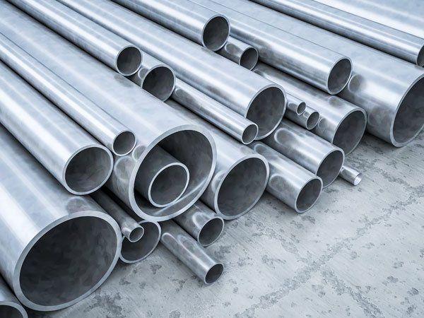 Pila di tubi metallici