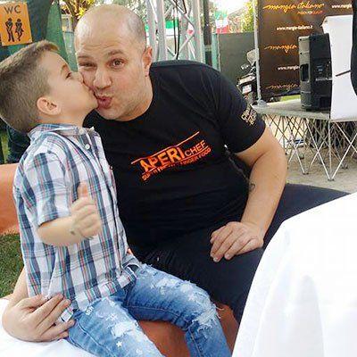 Un bambino mentre dà un bacio ad un uomo