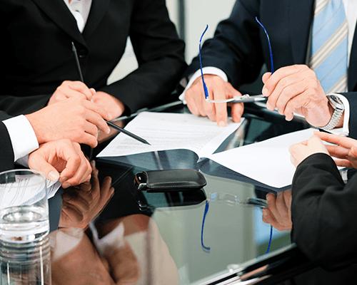 professionisti intorno ad un tavolo discutono