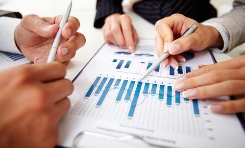 uomini d'affari mentre discutono su un diagramma